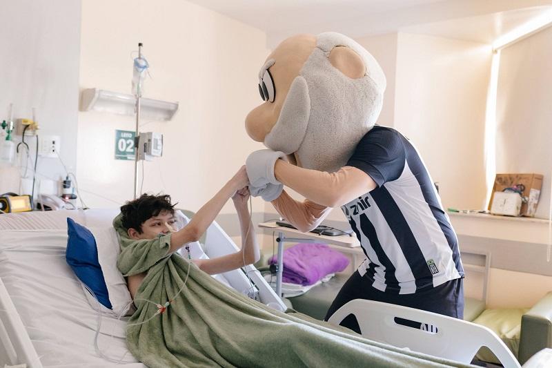 Unimed Fortaleza realiza sonho de paciente e leva mascote do Ceará Sporting Club ao hospital